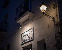 旅馆乌巴尼,标志和入口在晚上 库存图片