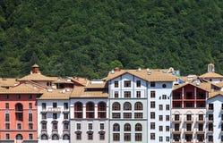 旅馆修造外部在绿色夏天山森林背景 库存图片