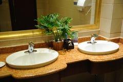 旅馆内部公共厕所 免版税库存图片