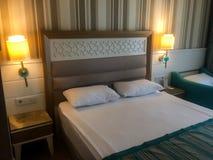 旅馆卧室的内部 免版税库存图片