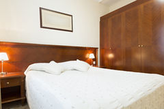 旅馆卧室的内部 库存图片