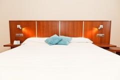 旅馆卧室 免版税库存照片
