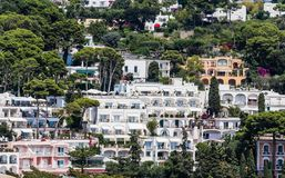 旅馆和别墅在卡普里岛 从奥古斯都庭院的看法,小岛  免版税库存照片