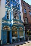 旅馆和商店五颜六色的石头和砖前面在拥挤的街,五行民谣,爱尔兰, 2014年10月上 图库摄影