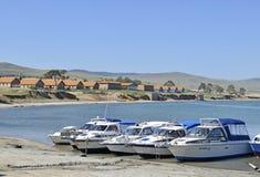 旅馆和地方游艇的看法在贝加尔湖 免版税库存照片