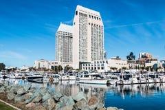 旅馆和城市地平线在Embarcadero北部小游艇船坞的公园 免版税库存图片