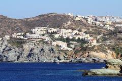 旅馆和大厦在Agia佩拉贾镇,克利特海岛, Greec附近 库存图片