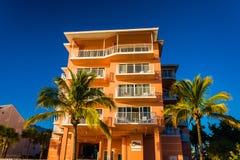 旅馆和棕榈树在海滩在迈尔斯堡靠岸,佛罗里达 库存图片