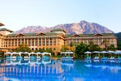 旅馆和游泳池 免版税图库摄影