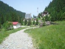 旅馆和缆索铁路的驻地在Balea瀑布区域在Fagaras山在罗马尼亚 免版税库存图片