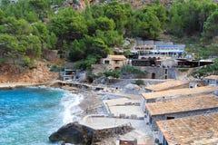 旅馆和餐馆在Port Sa Calobra,马略卡de 图库摄影