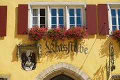 旅馆和餐馆签字在中世纪大厦门面在集市广场在Rothenburg Ob Der陶伯,德国 免版税库存照片