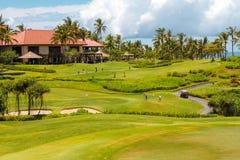 旅馆和高尔夫球领域 免版税库存图片