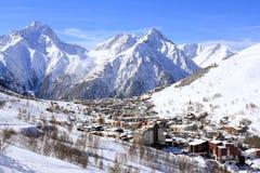 旅馆和Hils,列斯Deux Alpes,法国的全景,法语 免版税库存图片