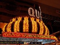 旅馆四女王/王后的外视图在晚上在拉斯维加斯,内华达 免版税库存照片