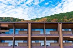 旅馆在一个国家公园在山的背景,箱根,日本中 复制文本的空间 库存照片