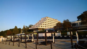 旅馆在沿海岸区以船的形式 库存图片