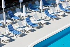 旅馆在游泳池附近的游泳池边椅子 免版税库存照片