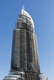 旅馆在迪拜由巨大的火焰摧残了 库存照片