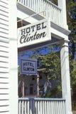 旅馆在门廊的克林顿标志在开普梅, NJ 免版税库存照片