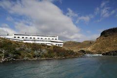 旅馆在绿松石湖Pehoe的Salto奇哥Explora巴塔哥尼亚在托里斯del潘恩国家公园 免版税库存图片