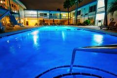 旅馆复合体的一美好的蓝色游泳场 图库摄影
