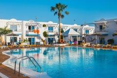 旅馆复杂竞技场旅馆的游泳池在Corralejo,西班牙 免版税库存照片