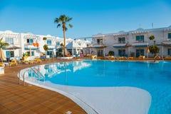 旅馆复杂竞技场旅馆的游泳池在Corralejo,西班牙 库存照片