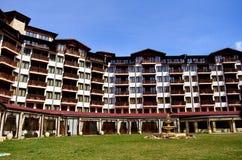 旅馆外部 有木阳台的山旅馆 免版税图库摄影