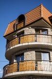 旅馆外部 有木阳台的石旅馆 免版税库存图片