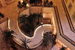 旅馆大厅在晚上 免版税库存图片