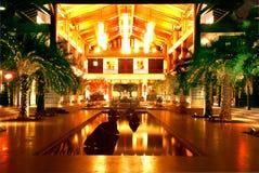 旅馆大厅在晚上 免版税图库摄影