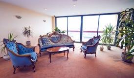 旅馆大厅沙发 免版税图库摄影