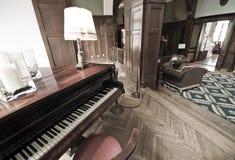 旅馆大厅钢琴 免版税库存图片