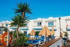 旅馆大厦和游泳池复合体在竞技场旅馆里在Corralejo,西班牙 免版税图库摄影