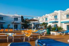旅馆大厦和游泳池复合体在竞技场旅馆里在Corralejo,西班牙 免版税库存照片
