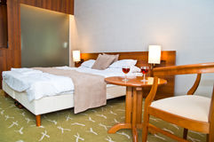 旅馆客房使- 2块玻璃酒变冷 库存图片
