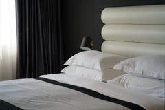 旅馆客房的卧室 免版税库存照片