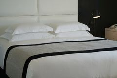 旅馆客房的卧室 库存图片