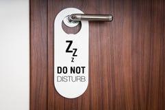 旅馆客房的门有标志的不干扰 免版税图库摄影