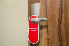 旅馆客房的门有标志的不请干扰 免版税图库摄影