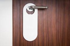 旅馆客房的门有空的标志的不干扰 库存照片