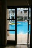从旅馆客房的水池视图 免版税图库摄影