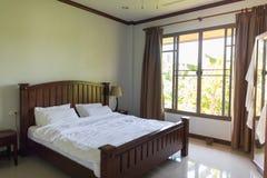 旅馆客房空的卧室内部窗口热带森林视图 库存照片