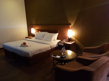 旅馆客房装饰的蜜月床 免版税图库摄影
