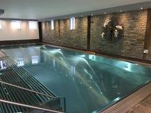 旅馆室内游泳池 免版税库存照片