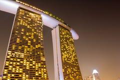 旅馆小游艇船坞海湾沙子在新加坡在晚上 免版税库存图片