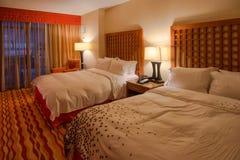 旅馆床和设计师白色亚麻布 免版税库存图片