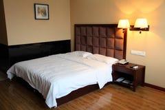 旅馆床室 库存照片