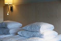 旅馆床 免版税库存照片